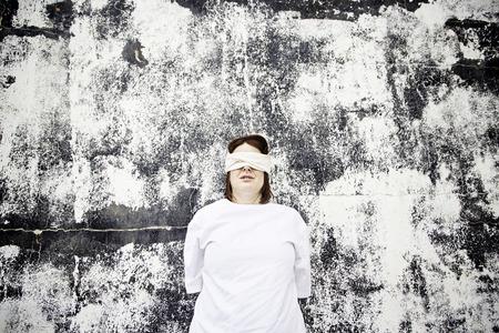 ojos vendados: Ni�a secuestrada con los ojos vendados, la violencia Foto de archivo