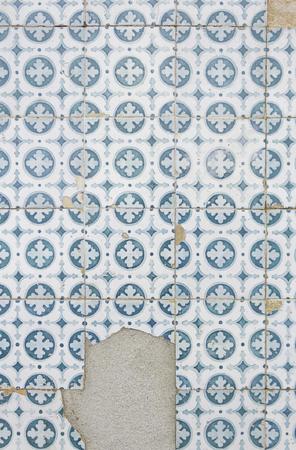 pared rota: Azulejos rotos en urbano edificio, construcci�n