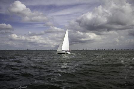 Boote auf See segeln, Fahrzeuge und Transport, Reisen
