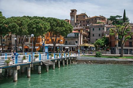 Passignano sul Trasimeno, Italië - 15 mei 2013. Uitzicht op het dorp en de haven aan de oevers van het meer Trasimeno, een rustig en pittoresk meer in de buurt van Perugia. Gelegen in Umbrië, Centraal Italië