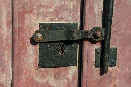 鉄ボルト ・ サルヴァドール、ブラジル南西部海岸のリオ ・ デ ・ ジャネイロ州完全に保持されます驚くべき、歴史的な町の木製のドアのロックの 写真素材