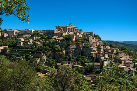 Panoramic view of the village of Gordes on top of a hill and under sunny blue sky. Located in the Vaucluse department, Provence region, in southeastern France Stockfoto
