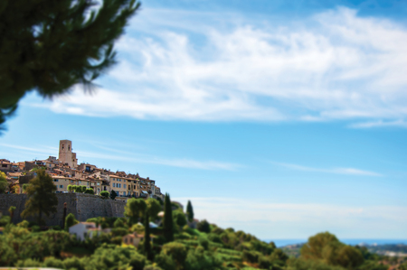 Panoramic view of the village of Saint-Paul-de-Vence on top of hill, beautiful well preserved medieval hamlet near Nice. Alpes-Maritimes department, Provence region, southeastern France. 스톡 콘텐츠