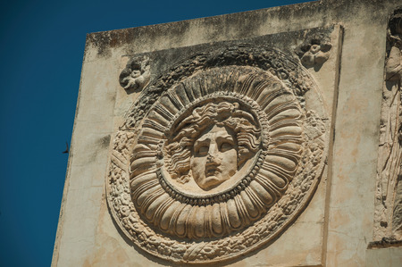 Close-up of Greek-Roman mythological face carved in marble block as decoration at the Roman Forum in Merida. Founded by ancient Rome in western Spain, the city preserves many buildings of that era. Foto de archivo