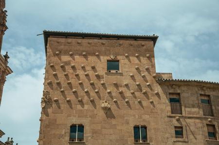 Casa de las Conchas Gebäudefassade im gotischen und plateresken Stil, geschmückt mit mehr als 300 Muscheln in Salamanca. Diese schöne mittelalterliche Stadt ist eine der wichtigsten Universitätsstädte Spaniens.