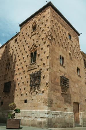 Casa de las Conchas Gebäudefassade im gotischen und plateresken Stil, geschmückt mit mehr als 300 Muscheln in Salamanca. Diese schöne mittelalterliche Stadt ist eine der wichtigsten Universitätsstädte Spaniens. Standard-Bild