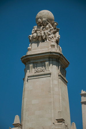 Lovely sculpture carved in marble on top of Monument to Cervantes at the Spain Square garden, in a sunny day at Madrid. Capital of Spain this charming metropolis has vibrant and intense cultural life. Banque d'images