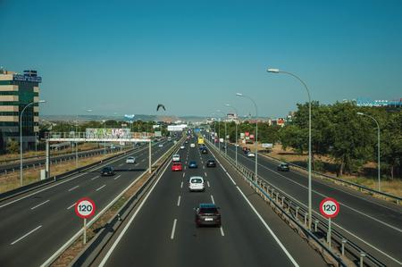 Madrid, Spanien - 25. Juli 2018. Autobahn mit starkem Verkehr und GESCHWINDIGKEITSBEGRENZUNG Wegweiser im Geschäftsviertel in Madrid. Hauptstadt von Spanien, diese charmante Metropole hat ein pulsierendes und intensives kulturelles Leben.
