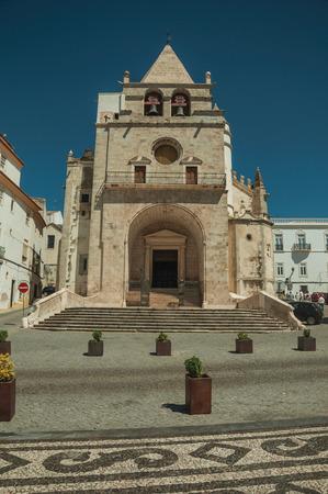 Fassade der Kathedrale Unserer Lieben Frau von der Himmelfahrt und alte Gebäude auf einem einsamen Platz, an einem sonnigen Tag in Elvas. Eine anmutige sternförmige Festungsstadt an der östlichsten Grenze Portugals. Standard-Bild