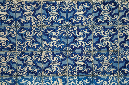 Splendid blue floral pattern hand-painted in baroque style on ceramic tiles, at the Saint Peter Church in Gouveia. A nice country town with gardens and captivating historical heritage in Portugal. Banco de Imagens - 124404130