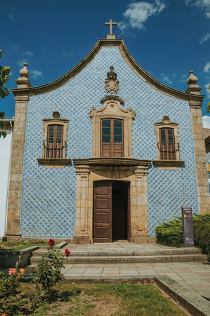 Gouveia, Portugal - July 17, 2018. Facade covered by ceramic tiles at the Church of the Misericordia of Gouveia. A nice country town with gardens and captivating historical heritage in Portugal. Banco de Imagens - 124404101