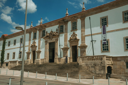 Gouveia, Portugal - July 17, 2018. Facade of the Town Hall building finery decorated in baroque style at Gouveia. A nice country town with gardens and captivating historical heritage in Portugal. Banco de Imagens - 124404116