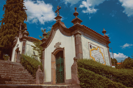 Gouveia, Portugal - July 17, 2018. Small chapel finery decorated in baroque style next to stone staircase at Gouveia. A nice country town with gardens and captivating historical heritage in Portugal. Banco de Imagens - 124404050