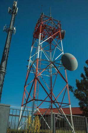 Torres de redes celulares de telecomunicaciones con antenas en una estación transceptora base, en un día soleado en Guarda. Esta acogedora y cuidada ciudad medieval es la más alta del Portugal continental. Foto de archivo