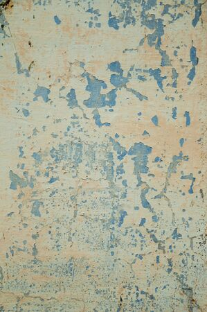 Gros plan sur un mur recouvert de plâtre rugueux avec quelques fissures et écaillé, formant un motif singulier à Unhais da Serra. Un petit village au bas des hautes terres de la Serra da Estrela à l'est du Portugal.
