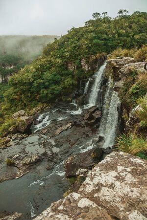 Wodospad Black Tiger na klifie z głębokiej doliny z mgłą w Parku Narodowym Serra Geral w pobliżu Cambara do Sul. Małe miasteczko w południowej Brazylii z niesamowitymi naturalnymi atrakcjami turystycznymi.