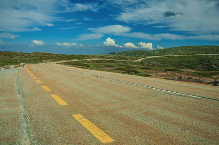Long roadway passing through rocky landscape, at the highlands of the Serra da Estrela. The highest mountain range in continental Portugal. 免版税图像