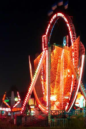 Night shot of an amusement park by the lake 版權商用圖片