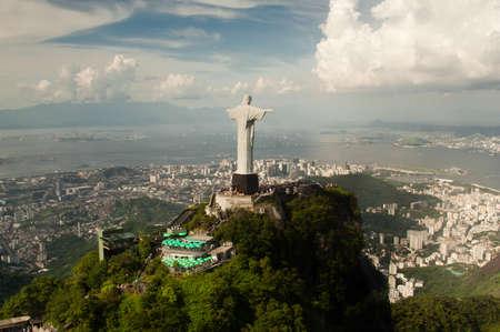 キリスト像の空中写真と都市のリオデジャネイロ、ブラジル。