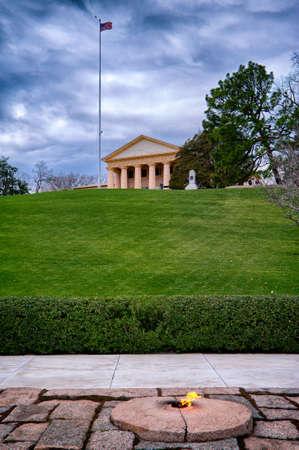 Eternal fire by John Kennedy grave and memorial and Arlington House, Arlington National Cemetery, Arlington, Virginia, USA Редакционное