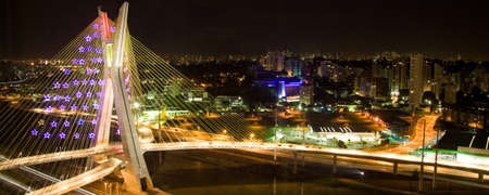 Die Frias de Oliveira Bridge über den Fluss Pinheiros in São Paulo, Brasilien. Standard-Bild - 21306096