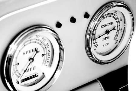 Details in zwart en wit van de kilometerteller en toerenteller van een antieke auto Stockfoto