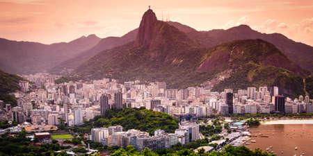Stadtbild mit dem Christus der Erlöser-Statue im Hintergrund, Corcovado, Rio de Janeiro, Brasilien Standard-Bild - 21577713