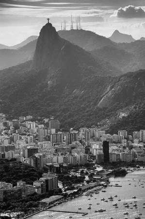 背景、コルコバード、リオデジャネイロ、ブラジルでイエスキ リストの像と都市の景観