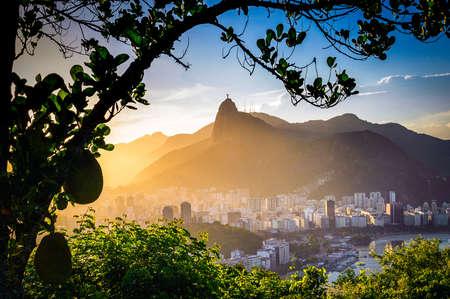 背景、コルコバード、リオデジャネイロ、ブラジルでイエスキ リストの像とウォーター フロントの建物