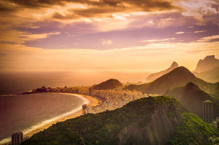 Copacabana Beach in der Abenddämmerung, Rio de Janeiro, Brasilien Standard-Bild - 21577940