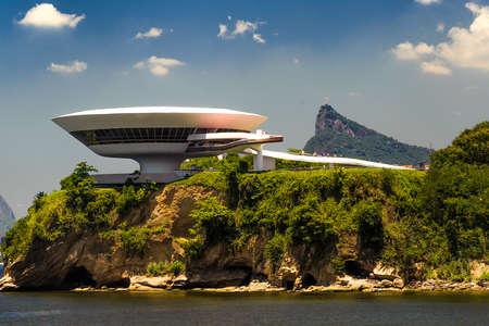 Kunstmuseum op een klif, Niemeyer Museum van Hedendaagse Kunst, Niteroi, Rio De Janeiro, Brazilië Redactioneel