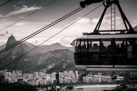 south  america: Teleférico por encima moviéndose sobre una ciudad, Río de Janeiro, Brasil Foto de archivo