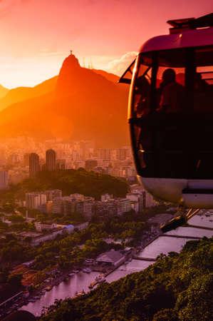 夕暮れ、シュガーローフ山、リオデジャネイロ、ブラジルでの運動の頭上式ケーブル車
