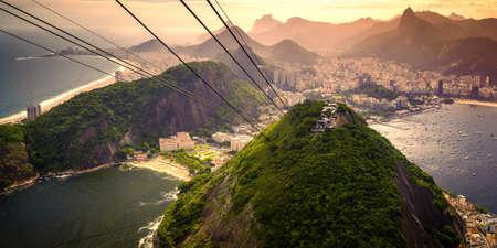 Cable car approaching Sugarloaf Mountain, Urca, Rio de Janeiro, Brazil Standard-Bild