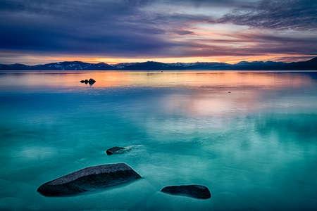 Odraz mraků v jezeře, Lake Tahoe, Sierra Nevada, Kalifornie, USA