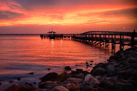 ブルバード郡、フロリダ、米国の大西洋、メリット島の桟橋のシルエット 写真素材