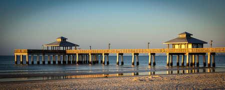 夕暮れ、フォートマイヤーズ、リー郡、フロリダ州、米国で大西洋の桟橋 写真素材