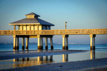 夕暮れ、フォートマイヤーズ、リー郡、フロリダ、米国で大西洋の桟橋