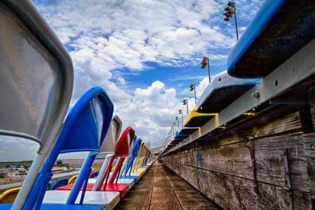 スタジアム、デイトナ インターナショナル スピードウェイ、デイトナ ビーチ、フロリダ、米国の空の椅子 写真素材