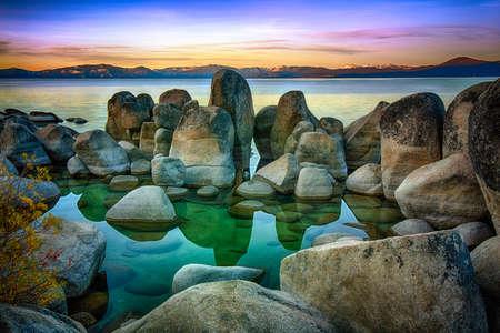 岩、湖、タホ湖、山脈ネバダ、カリフォルニア、米国