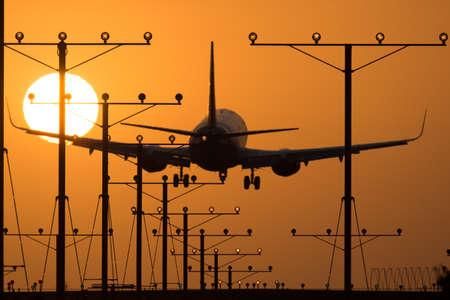 ロサンゼルス、カリフォルニア州、アメリカ合衆国日没時にロサンゼルス国際空港に着陸飛行機 写真素材