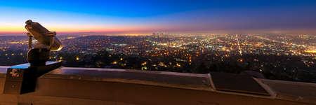 ロサンゼルス市の夕暮れ時、ロサンゼルス郡、カリフォルニア州グリフィス天文台から見た