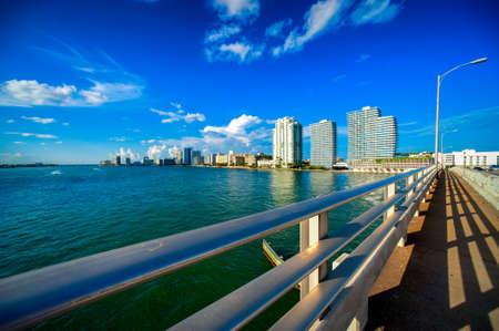 背景には、マッカーサー コーズウェイ橋マイアミ、フロリダ、米国で高層ビル橋