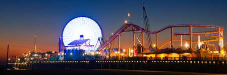 サンタ ・ モニカ ・ ピアに観覧車ライトアップ夕暮れ、サンタモニカー、ロサンゼルス郡、カリフォルニア、米国 写真素材