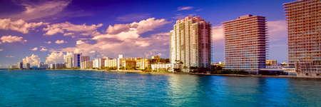 マイアミ、フロリダ、米国のウォーター フロント、マッカーサー コーズウェイ橋の超高層ビル