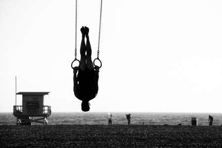 サンタ モニカー ビーチ、サンタモニカー、ロサンゼルス郡、カリフォルニア、米国、ビーチでリングを振る人のシルエット