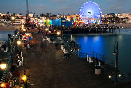 サンタ モニカー ピア、サンタモニカー、ロサンゼルス郡、カリフォルニア州の観光客 写真素材
