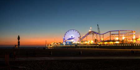 サンタモニカー桟橋に観覧の夕暮れ、サンタモニカー、ロサンゼルス郡、カリフォルニア、米国でライトアップ 写真素材