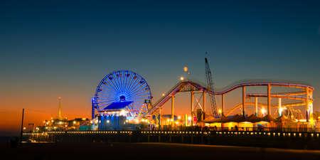 Riesenrad am Santa Monica Pier beleuchtet in der Dämmerung, Santa Monica, Los Angeles County, Kalifornien, USA Standard-Bild - 25057549
