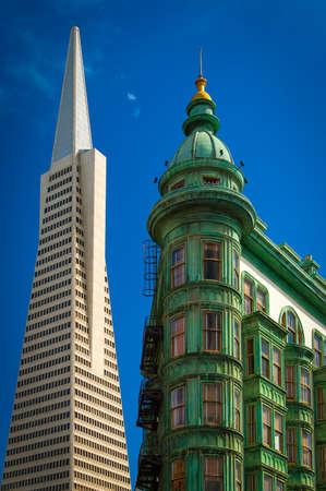 コロンブス塔、トランス アメリカ ピラミッド、San Francisco、カリフォルニア、米国の建物の低角度のビュー